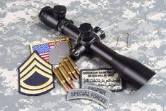 Francotirador del concepto del fondo del EJÉRCITO DE LOS EE. UU. con alcance e insignias Imagenes de archivo