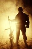 Francotirador del ejército en el fuego y el humo imagen de archivo
