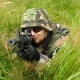 Francotirador que pone en una hierba Fotos de archivo libres de regalías