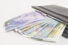 Francs suisses dans le portefeuille Photos stock