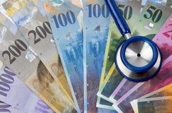 Francs suisses et stéthoscope Photographie stock