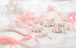 Francuscy bez ciastka dla ślubnego tła z perłami, menchiami i biel atłasowymi faborkami, koronką i Zdjęcia Royalty Free