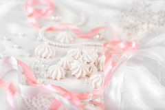 Francuscy bez ciastka dla ślubnego tła z perłami, menchiami i biel atłasowymi faborkami, koronką i Obrazy Stock