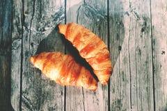 Francuscy croissants na drewnianym stole Obrazy Stock