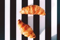 Francuscy croissants na pasiastym stole Zdjęcie Stock
