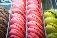 Francuscy macarons w sklepie dla sprzedaży Seletive ostrość Zdjęcia Stock