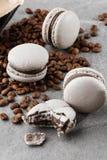 Francuscy macaroons odizolowywający z kawowymi fasolami Selekcyjna ostro?? macaroon w szarości brzmieniu Francuscy trzasków macar fotografia stock
