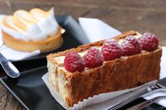 Francuscy słodcy ciasta z malinkami zdjęcie stock