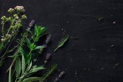 Francuscy ziele na czarnym biurku zdjęcie stock