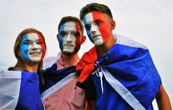 Francuska fan piłki nożnej poza dla fotografii na placu czerwonym w Moskwa Obrazy Royalty Free