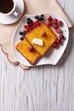 Francuska grzanka z jagodami i kawą na stole Vertical wierzchołek zdjęcie stock