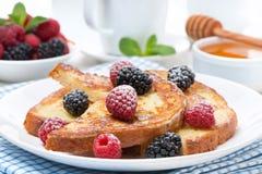 Francuska grzanka z jagodami i sproszkowanym cukierem Zdjęcie Royalty Free