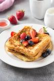 Francuska grzanka z jagodami, kumberland, tradycyjny s?odki deser chleb z jajkiem i mleko, czarne jagody, truskawki (,) Ranek fotografia royalty free