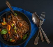 Francuska kuchnia: odparowani mięśnie z świeżym basilem opuszczają w czarnym garnku wpólnie obrazy royalty free