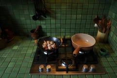 Francuska kuchnia z zielonymi płytkami zdjęcie royalty free