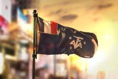Francuska Południowa flaga Przeciw miasta Zamazanemu tłu Przy wschodem słońca ilustracji