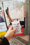 Francuska rejestr wyborczy karta trzymająca przed Benoit Hamon po Fotografia Royalty Free