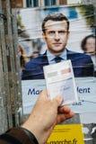 Francuska rejestr wyborczy karta trzymająca przed Emmanuel Macron Obraz Stock