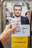Francuska rejestr wyborczy karta trzymająca przed Emmanuel Macron Zdjęcia Royalty Free