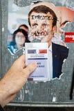 Francuska rejestr wyborczy karta trzymająca przed Emmanuel Macron Obrazy Stock