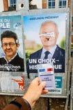 Francuska rejestr wyborczy karta trzymająca przed Francois Asselin Obrazy Stock