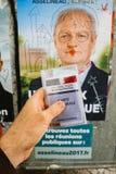 Francuska rejestr wyborczy karta trzymająca przed Francois Asselin Fotografia Royalty Free