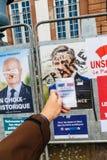 Francuska rejestr wyborczy karta trzymająca przed Francois Fillon Obraz Royalty Free