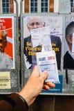 Francuska rejestr wyborczy karta trzymająca przed Jacques Cheminad Obrazy Royalty Free