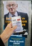 Francuska rejestr wyborczy karta trzymająca przed Jacques Cheminad Obrazy Stock