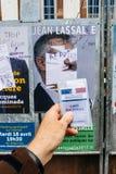 Francuska rejestr wyborczy karta trzymająca przed Jean Lassalle po Fotografia Royalty Free