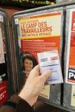 Francuska rejestr wyborczy karta trzymająca przed Nathalie Arthaud Zdjęcie Royalty Free