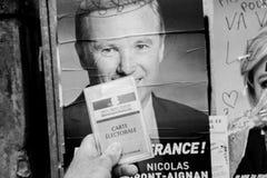 Francuska rejestr wyborczy karta trzymająca przed Nicolas dupont Zdjęcia Stock