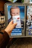 Francuska rejestr wyborczy karta trzymająca przed Nicolas dupont Fotografia Stock