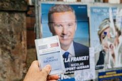 Francuska rejestr wyborczy karta trzymająca przed Nicolas dupont Fotografia Royalty Free