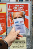 Francuska rejestr wyborczy karta trzymająca przed Philippe Poutou Obraz Stock
