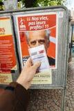 Francuska rejestr wyborczy karta trzymająca przed Philippe Poutou Zdjęcie Stock