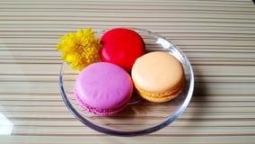 Francuska słodycze makaron na talerzu na stole Fotografia Royalty Free
