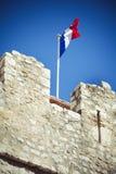 Francuska tricolour flaga na średniowiecznych ramparts Obrazy Stock