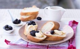 Francuski śniadanie w ogródzie, przekąska na baguette Fotografia Royalty Free