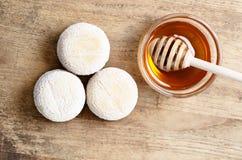 Francuski świeży koźli ser i miód Obrazy Stock