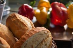 Francuski chleb lub banatka chleb z dzwonkowym pieprzem, zucchini i ?wie?ymi warzywami na skewer dla piec na grillu, zdjęcia stock