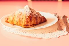 Francuski croissant na talerzu obraz royalty free