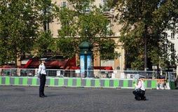 Francuski egzekwowanie prawa agent bierze fotografię jej kolega fotografia stock