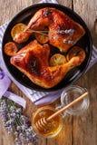 Francuski jedzenie: smażyć ćwiartka kurczaka nogi z lawendowym miodem, sp obrazy stock
