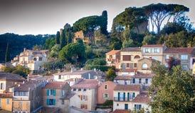 Francuski krajobraz z budynkami otaczającymi drzewami zdjęcie stock