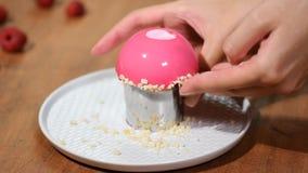 Francuski malinowy mousse tort z menchii lustra glazerunkiem Dekoruje tort z dokrętkami zbiory wideo
