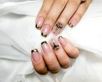 Francuski manicure na bia?ej tekstylnej tkaninie zdjęcia royalty free