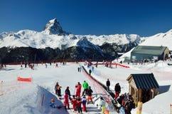 Francuski ośrodek narciarski przeciw szczytu du Midi d'Ossau Zdjęcia Stock