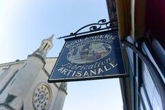 Francuski piekarnia sklepu znaka kościół w tle obraz stock