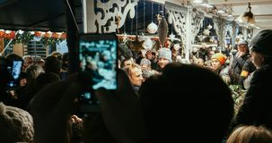 Francuski prezydent Emmanuel Macron przy boże narodzenie rynkiem obraz royalty free